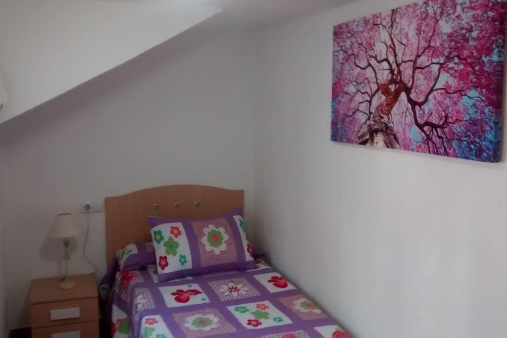 Segundo dormitorio con cama de 90 y armario