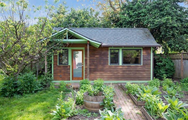 Tiny Cabin in Woodlawn, NE Portland!