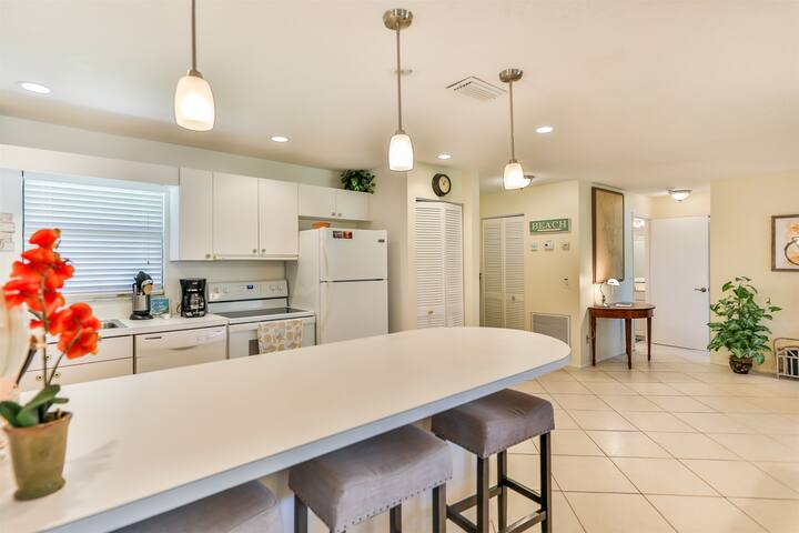 BLIND PASS D101 CONDO- BRAND NEW TO RENTAL PROGRAM, MINUTES TO BEACH!