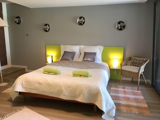 Le lit double Dim 160 x 200 avec 2 matelas et un sur matelas. Les draps sont fournis et le lit est fait à l'arrivée