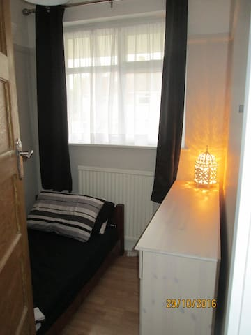 Cosy Single Bedroom - 17 minutes to Central London