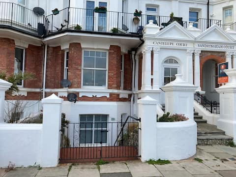 Fantastic 1 bed apartment by the sea