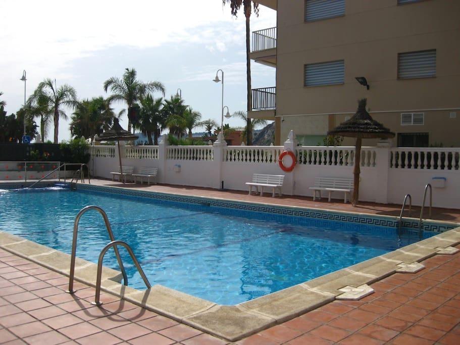Bonito piso con piscina en 1 l nea de playa for Piscina playa de madrid