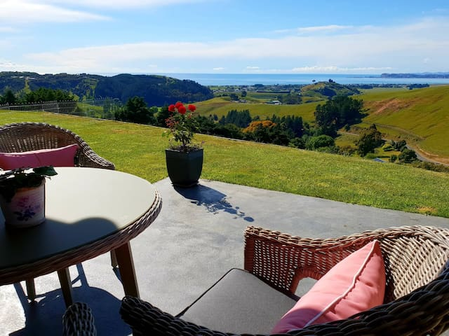 Stunning views, pool, spa, private close to Napier