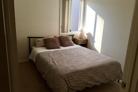 Queen room close to CBD & Flemington Racecourse! - Kensington - Adosado