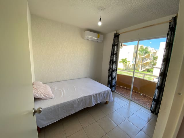 Recámara principal con Balcón, Clima y una sola cama matrimonial para privacidad.