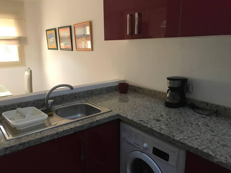 Cuisine ouvrant sur la salle à manger. Equipée d'une jolie vaisselle et du linge de maison adéquat. Vous y trouverez tout le confort nécessaire : lave linge, réfrigérateur/congélateur, four, plaque de cuisson 4 feux.