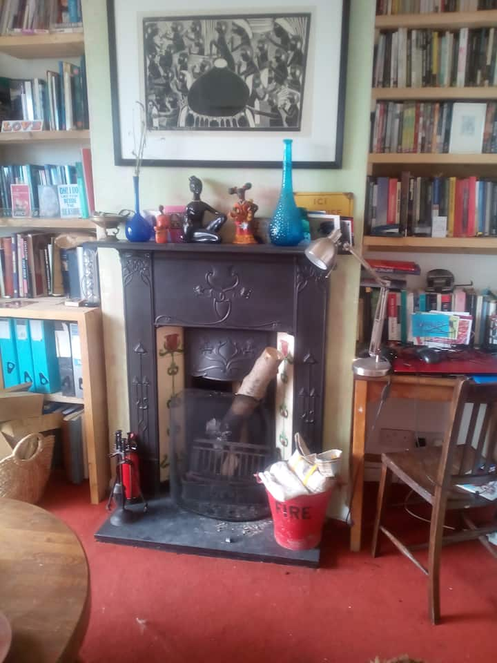 Cosy, arty well-loved cottage full of character!