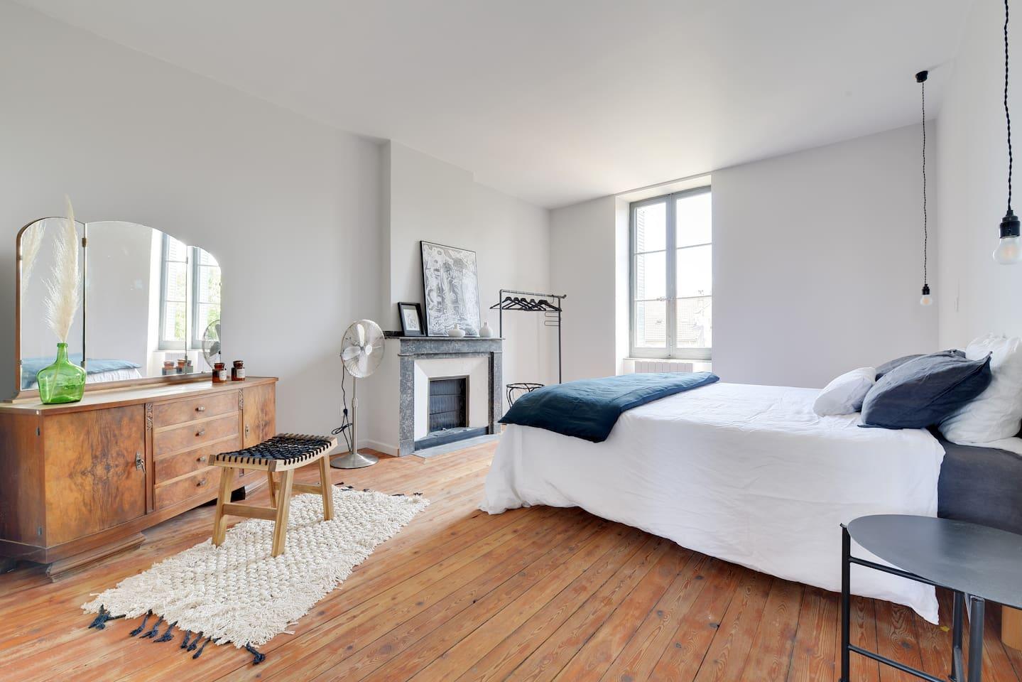 Chambre 1 coté jardin au calme: parquet, literie hôtel 180 et draps en lin