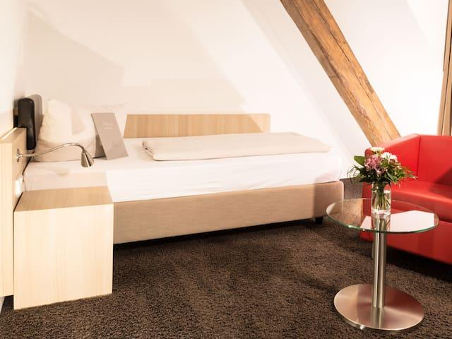 Hofgut Hohenkarpfen GmbH, (Hausen ob Verena), Einzelzimmer mit Ausblick ins Tal