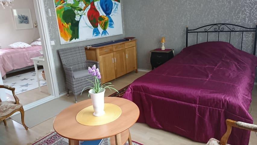 Makuuhuone 1 on kaksi sänkyä 120x 200 ja 80x 200