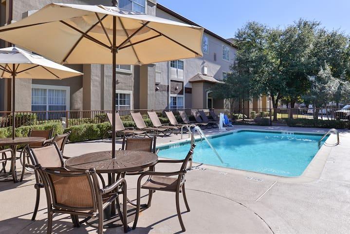 Comfy Studio | Outdoor Pool + Free Wi-Fi + Free Breakfast Buffet