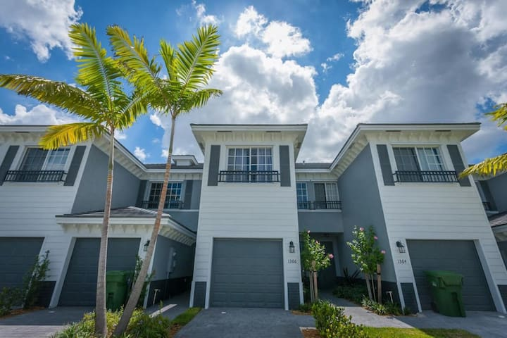 Modern Townhouse, gated community! - Lauderhill - Stadswoning