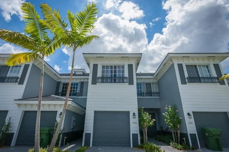 Modern Townhouse, gated community! - Lauderhill
