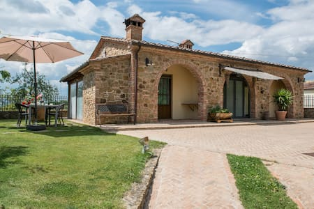Only 2 km from the village, there is this beautiful house with tipical tuscan furniture. The house is in the typical quiet Tuscan countryside, with absolute privacy and peace  Beautiful garden with swimming pool and fantastic panoramic view.