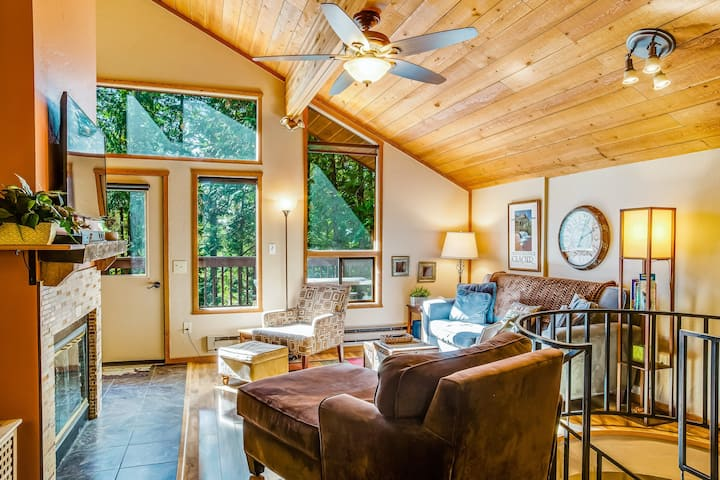 Forest condo w/ a furnished deck, shared outdoor pools, tennis, hot tub
