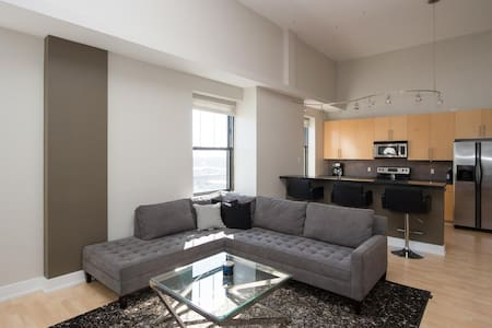 Downtown Penthouse Condo - Де-Мойн