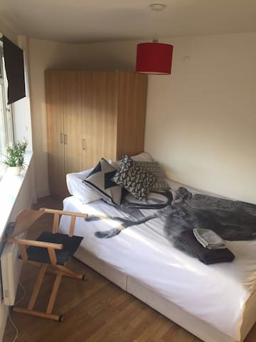 Clean and cosy private room close to Tower Bridge