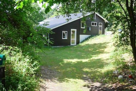 Sommerhus på Granvej 22, Fjellerup Strand - Glesborg - Stuga