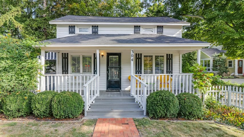 Precious Downtown Home with Hot Tub, Walk to Shops, Restaurants - Cozy Hideaway