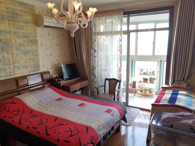 英国名牌斯林百兰硬质高级弹簧床垫,高支棉舒滑床品,心旷神怡景观阳台,多肉植物陪伴。