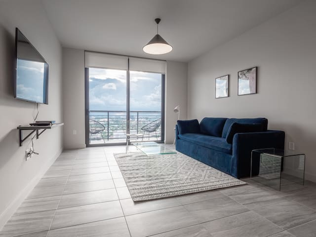 1 BR on 40th Floor w/ View of Ocean and Skyline