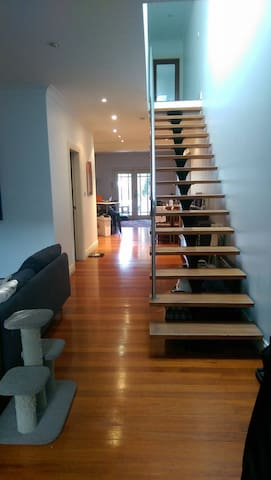 Room in great sharehouse, cheap and convenient. - Erskineville - Adosado