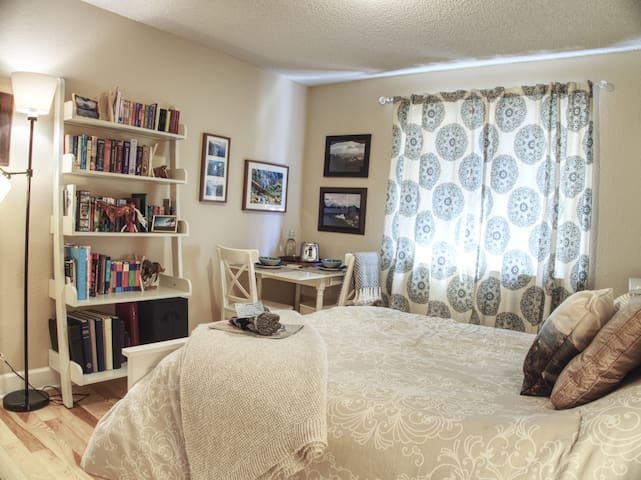 Cozy, Updated Condo - Live Like a Boulder Local!