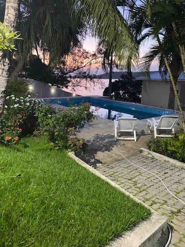 Maravilhosa casa de frente com saída para a Lagoa