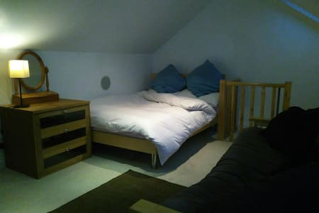 Large Double Loft Room Luton Centre - Luton - Rumah