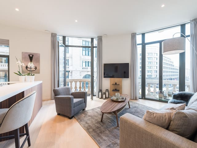 In Brussels, 80 meters from Central Station, the Iris Residence offers an ultra contemporary high end apartment. This apartment offers luxurious finishes and includes WiFi, a TV, a living room and a beautiful bathroom