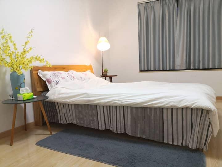 简洁大小卧室向南带飘窗,视野开阔无阻挡
