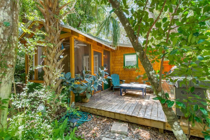 New Listing! Romantic Cabin in Woods -20% off thru Nov.21! Walk to Quiet Beach & Tennis, Porch, Deck
