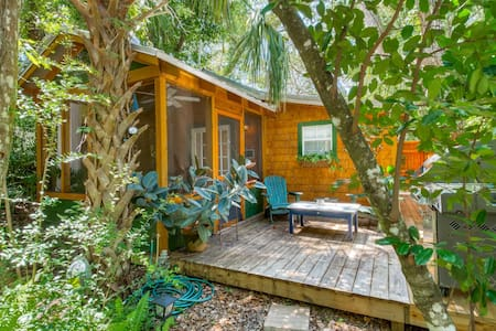 Romantic Cabin in Quiet Wooded Lot-Walk to peaceful Beach & Tennis park, Screened Porch, Deck, Grill