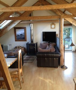 Bright and airy attic apartment - East Allington