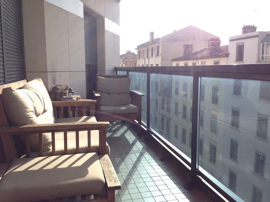 Balcon avec canapé et fauteuil en bois
