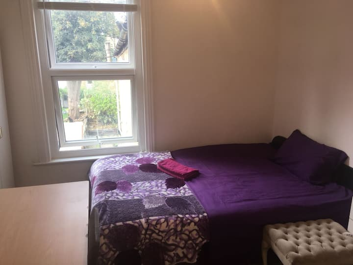 Double room with large desk in lovely Hackney