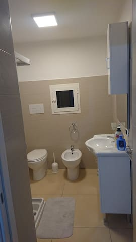 Bagno con asciugacapelli doccia bidet water e mobile lavabo