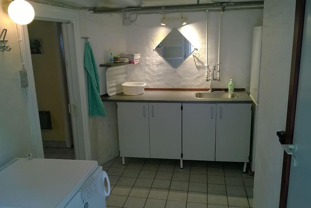Indgang m. eget køleskab, bord og vask