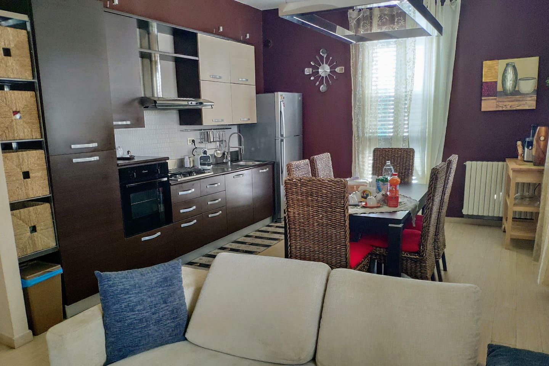 Cucina confortevole con soggiorno e TV