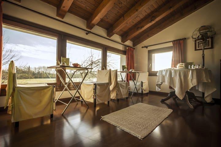 Area comune Soppalco, zona colazione, relax, lettura e wi-fi.