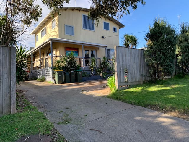 Quiet home in court next to Creek. Central Torquay