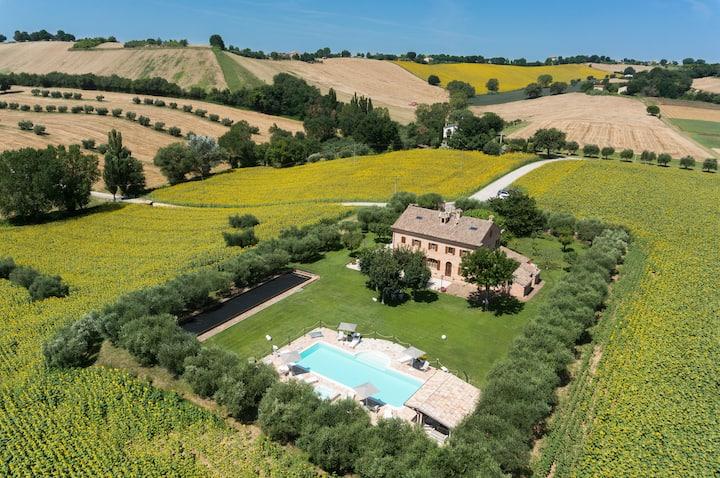 Villa Pedossa, Your Country Escape w/pool jacuzzi