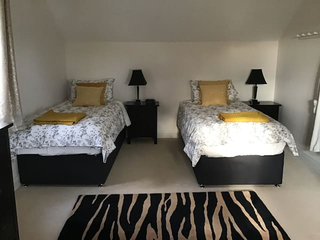 Large Superking or Twin Bedroom and Breakfast