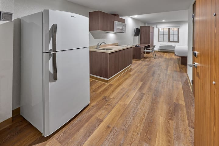 Tasteful + Roomy Suite for 2   Close to the Airport!