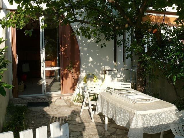 Charmant studio, petit jardin, à 5min de la plage