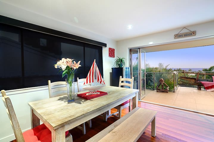 THE SHELLY BEACH HOUSE - VIEWS & PET FRIENDLY - Shelly Beach - Hus