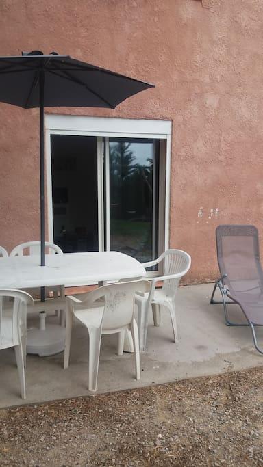 Terrasse avec table et bain de soleil