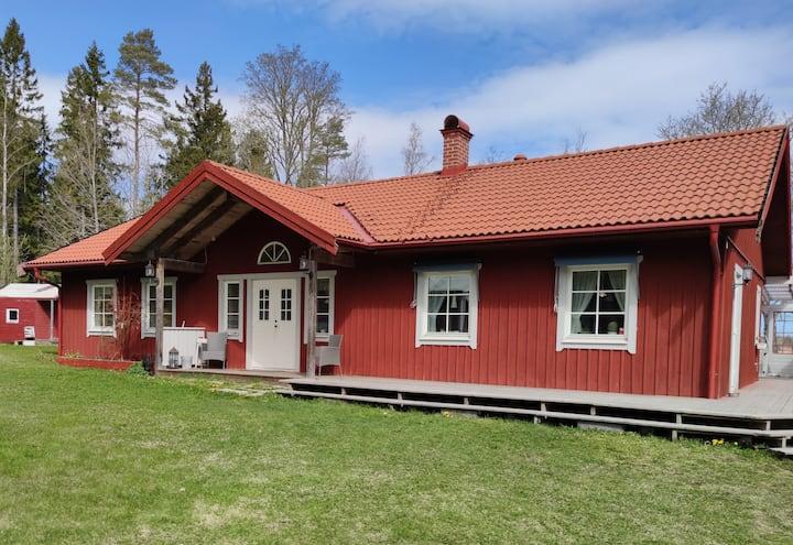 Sjönära villa i enskilt läge uthyres
