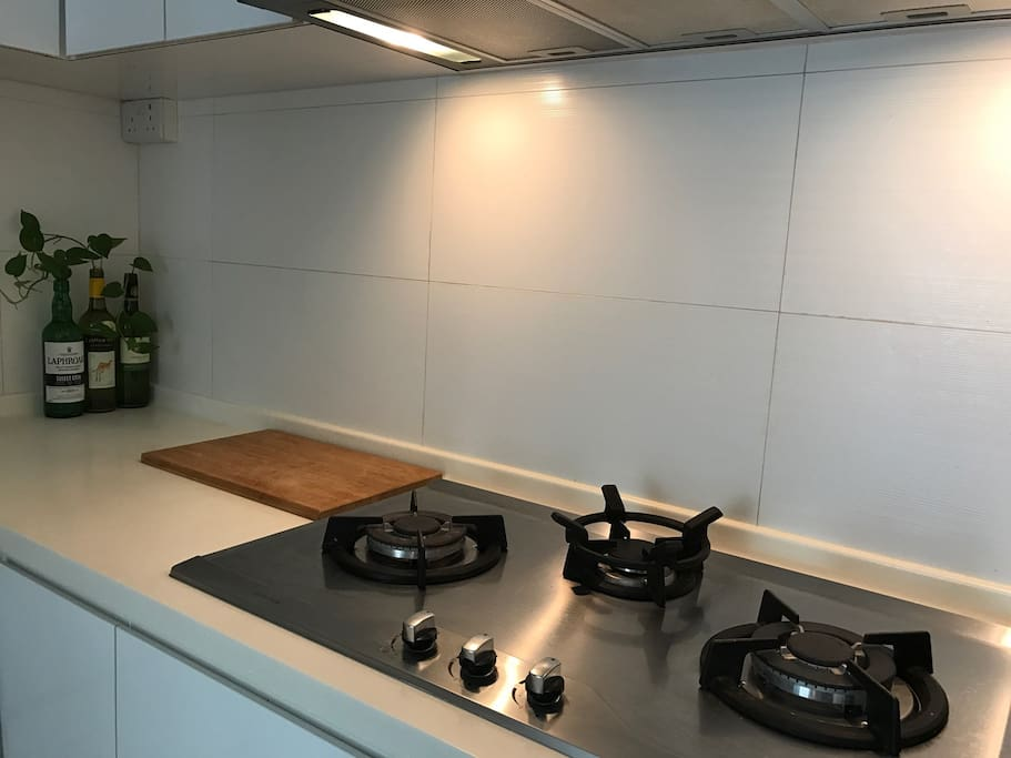 Kitchen, with microwave, fridge, gas and complete cutlery, crockery to host 4 people. Feel free get some groceries in and cook (Do the dishes thou)